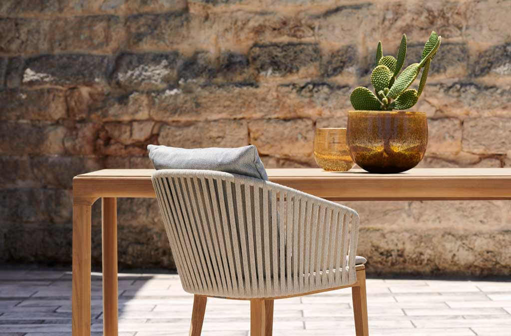 Illum-teak-dining-table_Mood-linen-armchair