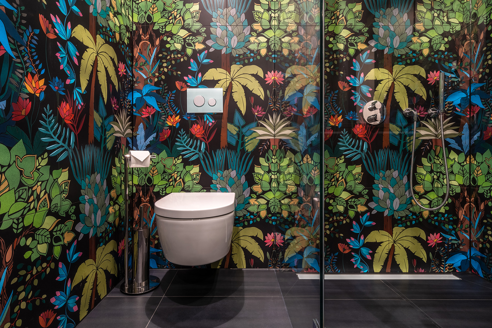 Not only popular in fashion: the wallpaper with floral prints makes the morning wash a joyful experience of nature.