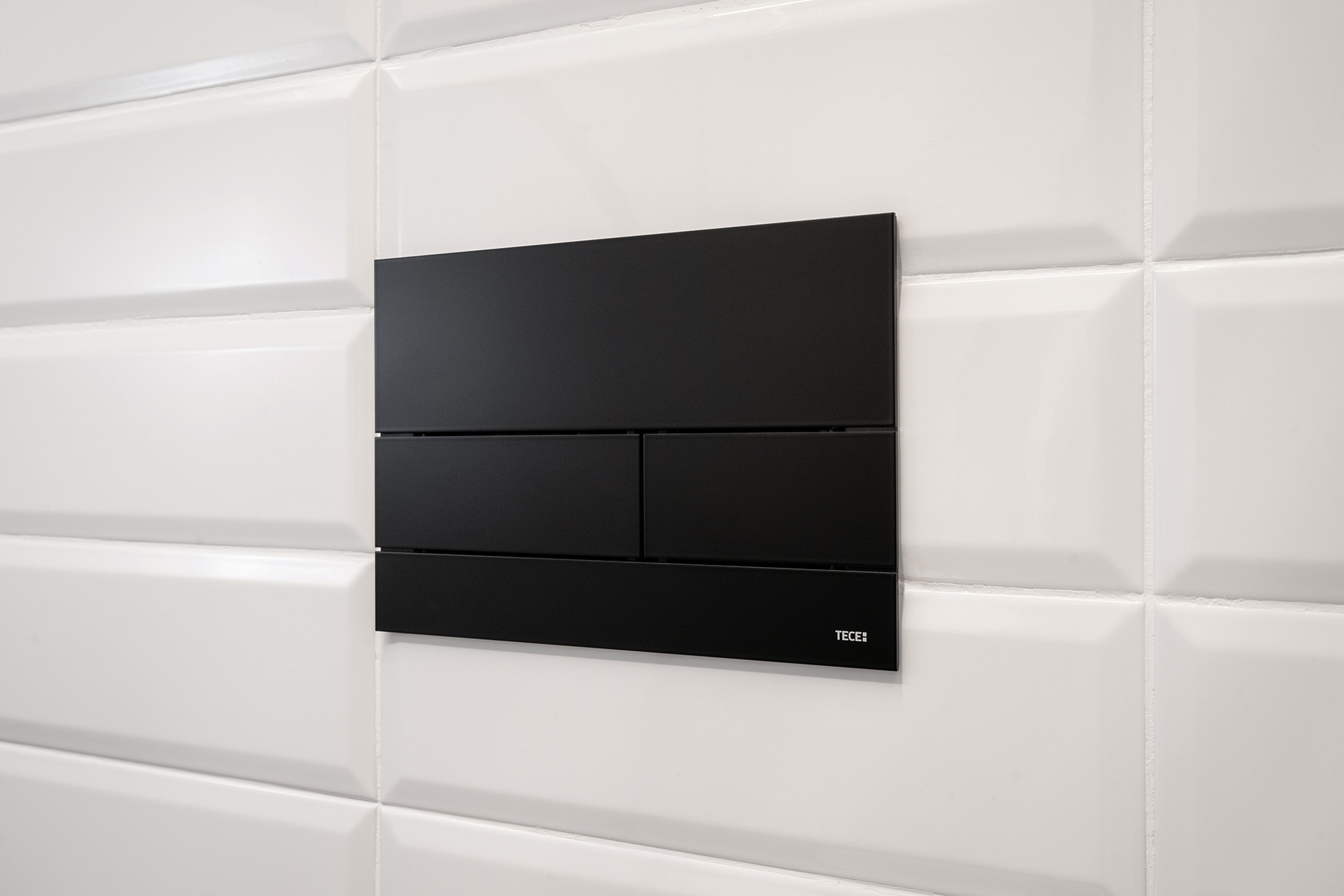The Square II flush plate from TECE in matt black has been specifically used in the Evergrins bathroom to develop a great visual power.