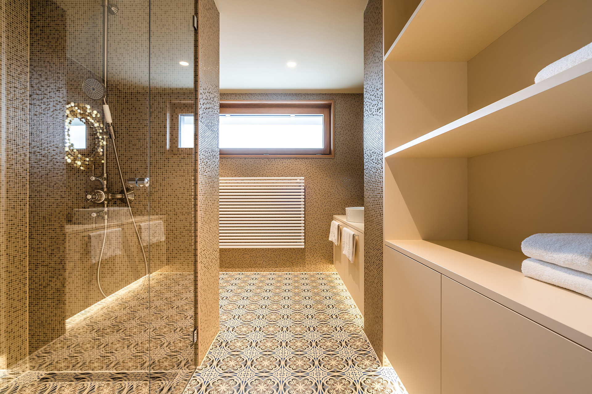 The colour and design concept of the Marrakesh Suite continues seamlessly in the bathroom. The TECEdrainline shower channel with the drop-in design grate goes well with this.